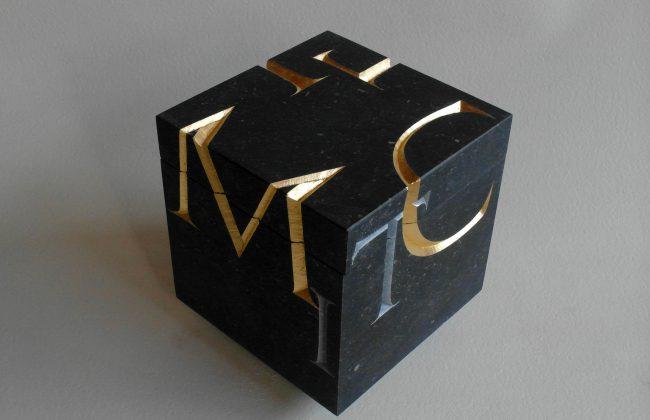 Urn met handgehakte letters II