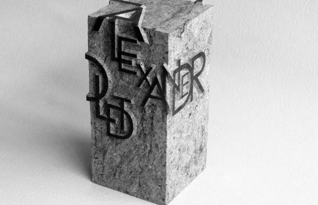 Urn met handgehakte letters