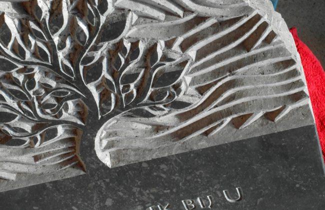 Grafsteen met handgehakt reliëf: Rivier bij Herwijnen