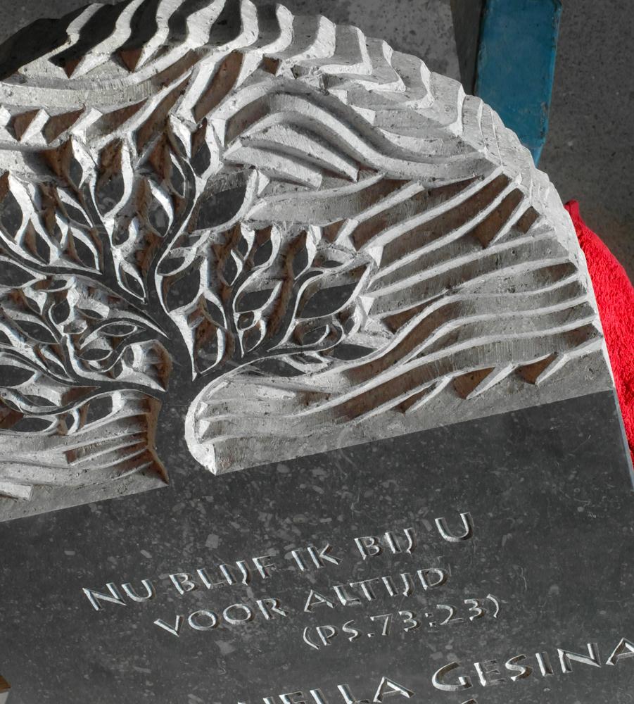 Grafsteen, ontworpen en met de hand gehakt door Michiel Deylius