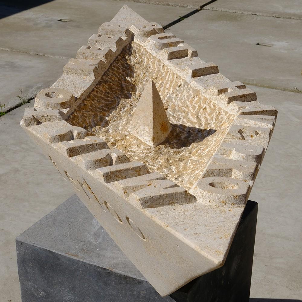 Graf-/tuinbeeld voor Stef; een in Vaurion uitgevoerd gevouwen papieren bootje. Ontwerp en uitvoering Michiel Deylius